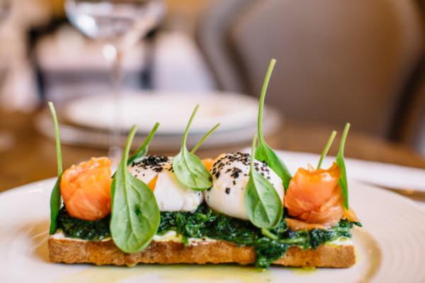 Яйця пашот з сиром Філадельфія, шпинатом і копченим лососем