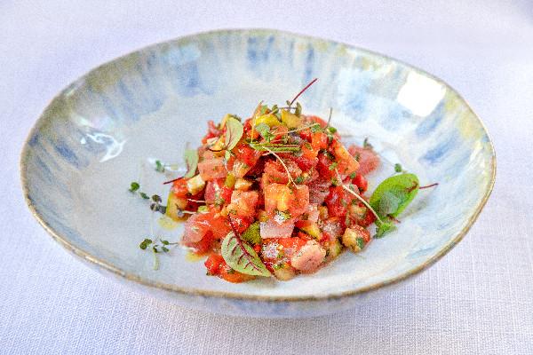 Тартар зі свіжого тунця з печеними овочами
