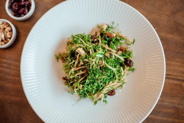 Пістний салат з тосканською капустою Кейл, яблуками та журавлиною