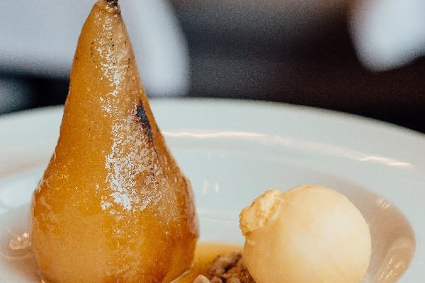 Пістний десерт Груша в білому вині з сорбетом маракуйя
