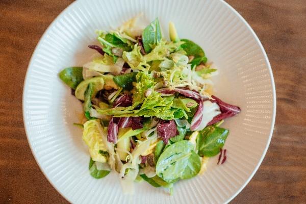 Пістний зелений мiкс салат з авокадо, спаржею та кедровими горіхами