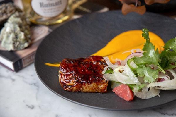 Палтус з пюре із батата та цирусовим салатом