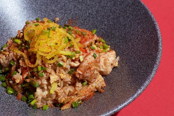 Смажений рис з овочами, куркою та креветками