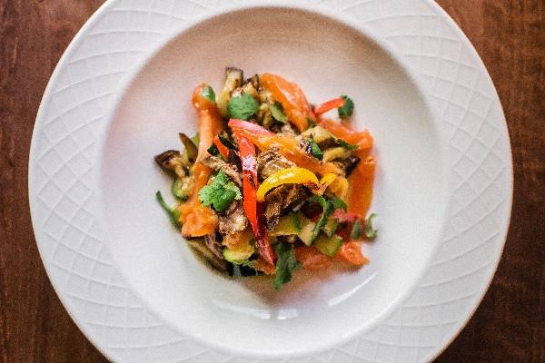 Салат із телятини й овочів на грилі