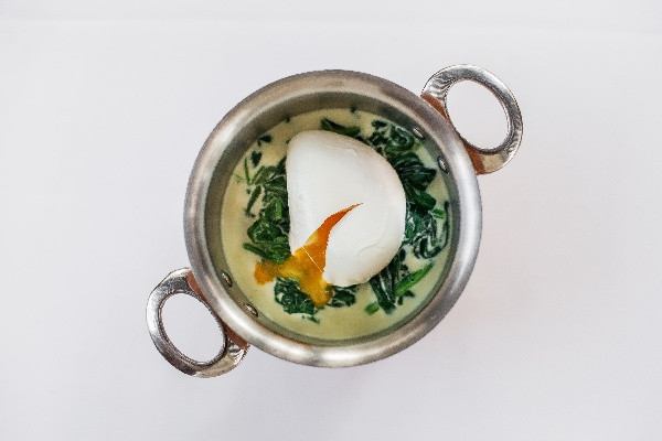 Шпинат по-флорентійськи з яйцем пашот