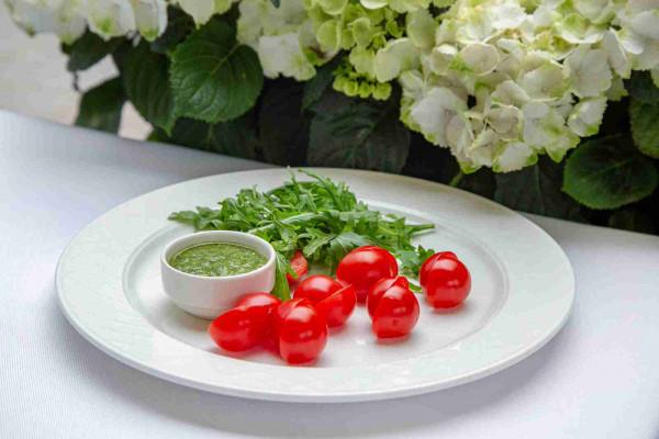 Свіжі томати з руколою