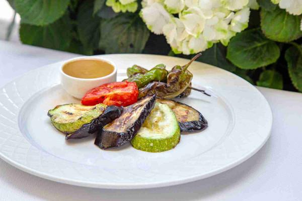 Овочі гриль з часниковим соусом