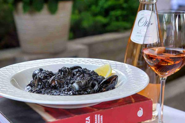 Ризото з чорнилом каракатиці та морепродуктами