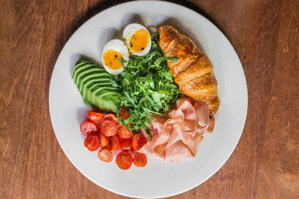 Круасан із вершковим сиром, авокадо, яйцем, із мортаделою