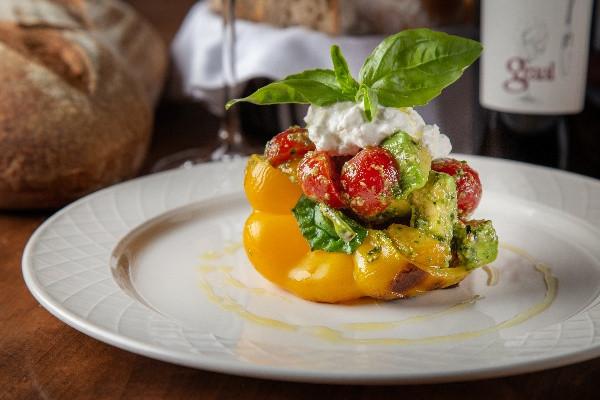 Запечений перець із салатом із томатів чері та авокадо