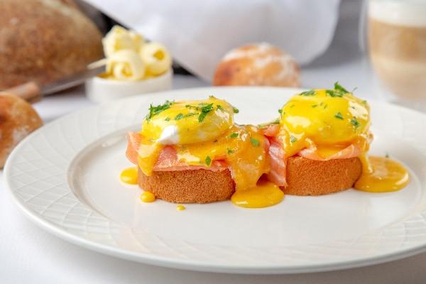 Яйця Бенедикт на булочці бріош, із лососем