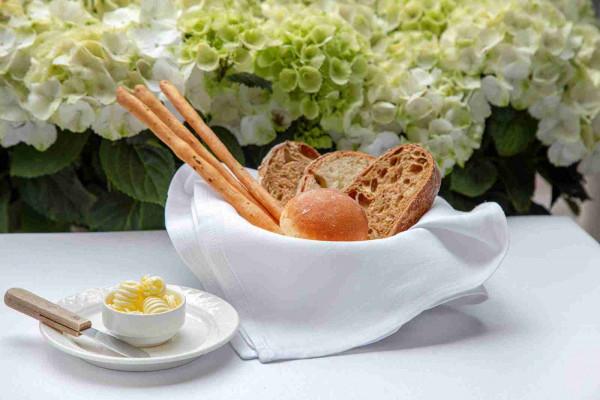 Свіжа випічка з вершковим трюфельним маслом