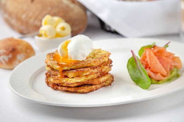 Оладки з цукіні і яйцем пашот, лососем і авокадо