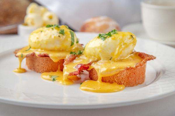 Яйця Бенедикт на булочці бріош, із беконом