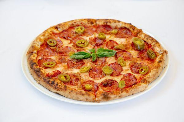 Піца з халапеньо і салямі Наполі