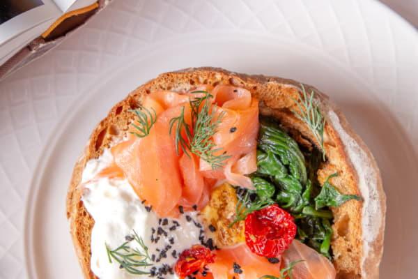 Сніданок в хлібі з вершковим мусом, яйцем та шпинатом, з лососем