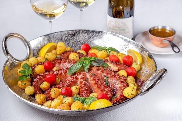 Запечений восьминіг з картоплею та томатами чері