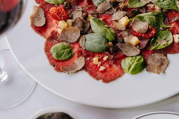 Карпачо з телятини з маринованим пармезаном та соусом айолі