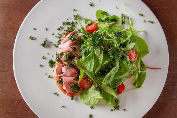 Салат з індичкою та капустою кейл